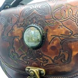 gros plan de face des détails Sac Edda_motif cerf avec pierre sertie