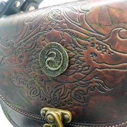 gros plan de face des détails du Sac Edda_motif dragon avec pièce décorative œuf de dragon