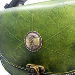 gros plan de face des détails du Sac Edda_motif feuille avec pièce décorative dryades enlacées