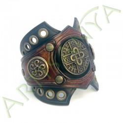 vue de 3/4 du Bracelet Ragnar manchette_ Mérovingienne