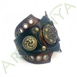 vue de 3/4 du Bracelet Ragnar manchette_ Têtes de mort