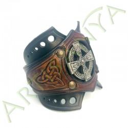 vue de 3/4 du Bracelet Ragnar manchette_ Croix Nimbée