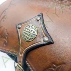gros plan sur la pièce métallique de Escarcelle en cuir Cul-de-vilain_Arabesque Celte