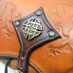 gros plan de la pièce métallique de l'Escarcelle en cuir Cul-de-vilain_Griffons