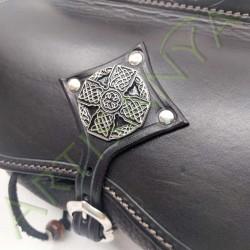 gros plan de la pièce métallique de l'Escarcelle en cuir Cul-de-vilain_Croix Celtique²