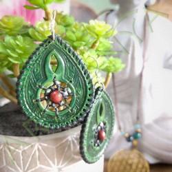 vue d'ensemble sur un pot de fleur de la paire de boucles d'oreille en cuir ethnique attrape rêve verte avec perle en bois