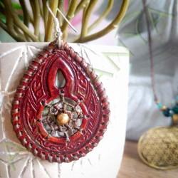 gros plan de la boucle d'oreille en cuir ethnique attrape rêve marron avec perle laiton