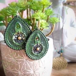 vue d'ensemble de la Paire de boucles d'oreille en cuir ethnique attrape rêve verte avec perle laiton