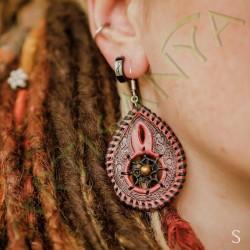 mise en situation de la Paire de boucles d'oreille en cuir ethnique attrape rêve rouge et noir avec perle laiton