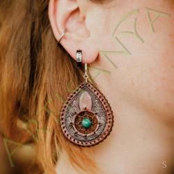 mise en situation de la Paire de boucles d'oreille en cuir ethnique attrape rêve marron avec Malachite